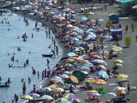 На Крымском пляже в разгар сезона
