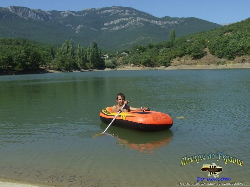 Активный отдых на горном озере. Плавание на лодке