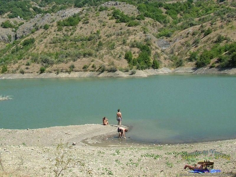 Летним днем на берегу горного озера