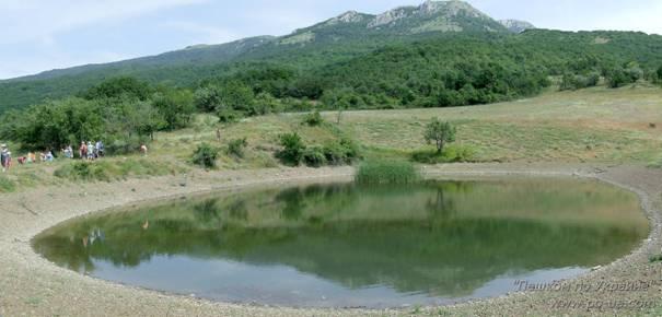 Горное озеро под горой Ликон