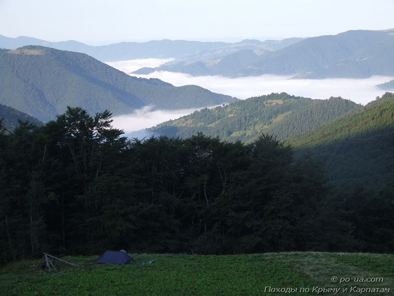 Карпатская долина, залитая облаками