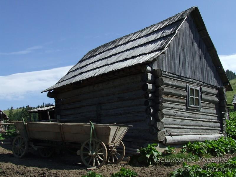 Деревянная хата и телега