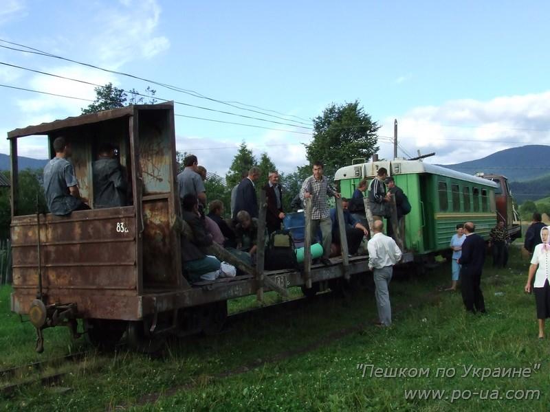 Посадка в открытый вагон Карпатского трамвая