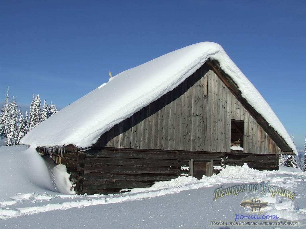 Занесенный снегом домик