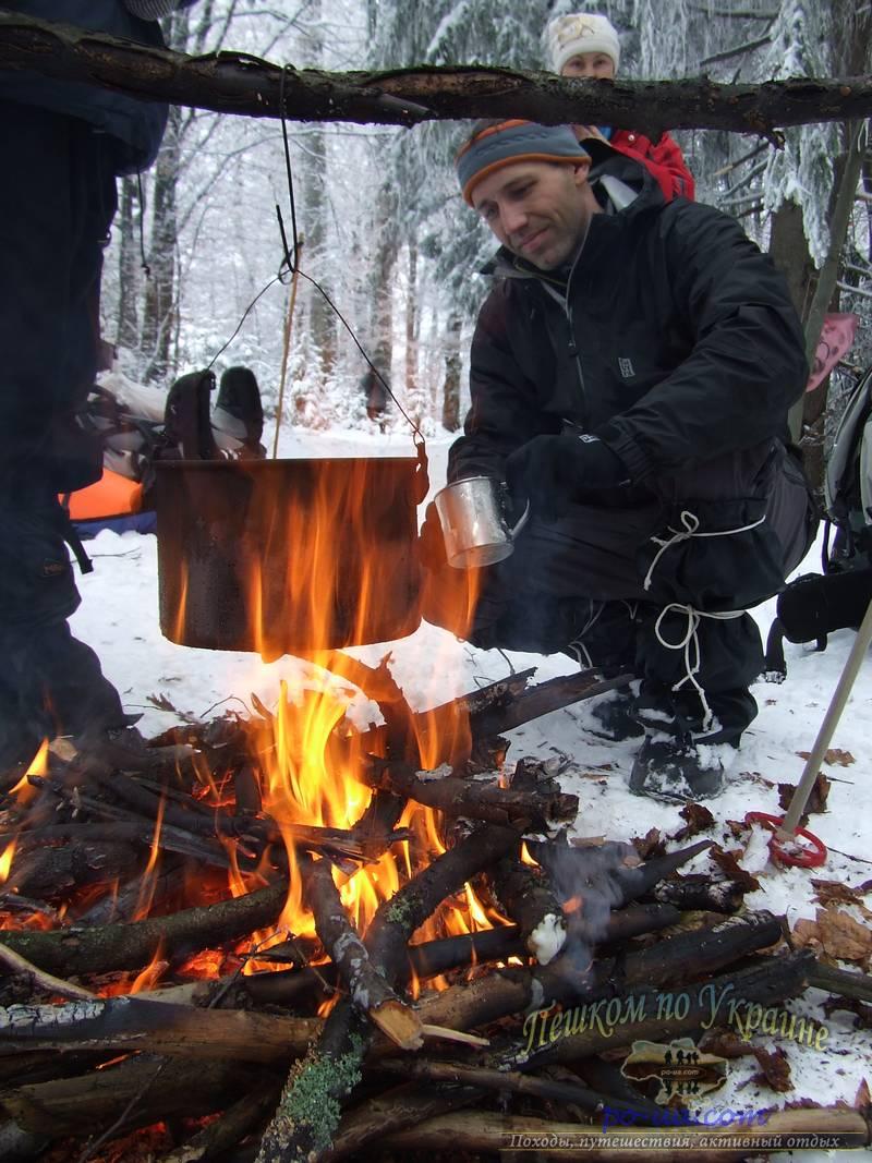 Теплый костер очень желанный зимой