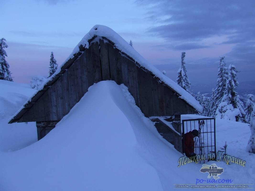 Засыпанный снегом домик