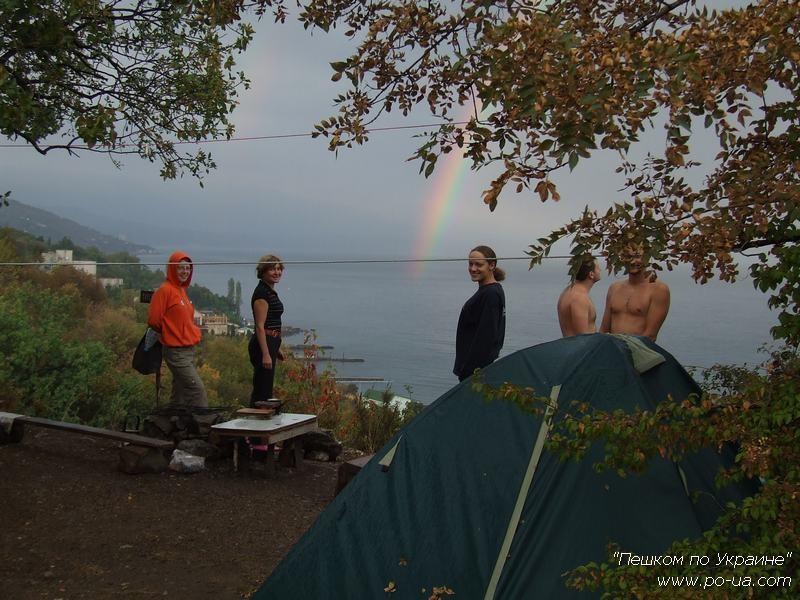 У смотровой площадки палаточного лагеря
