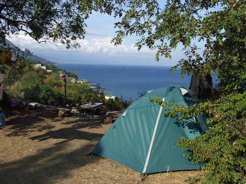 Отдых в палатке на краю обрыва