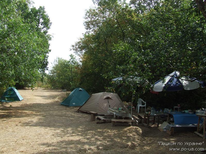 Общий вид туристического палаточного лагеря