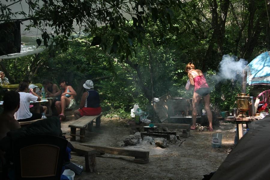 На кухне лагеря. Отдых в палатках
