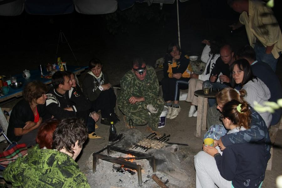 В палаточном лагере вечером