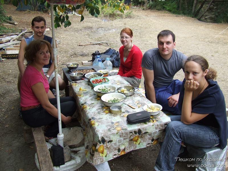За обеденным столом лагеря