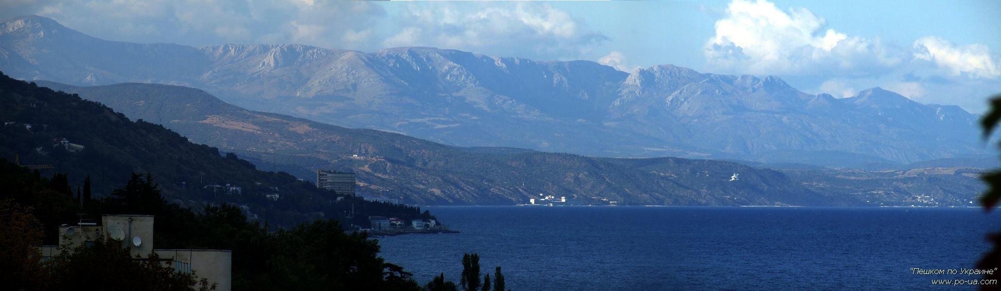Вид со смотровой площадки лагеря на плато Караби и Восточный Крым в хорошую погоду