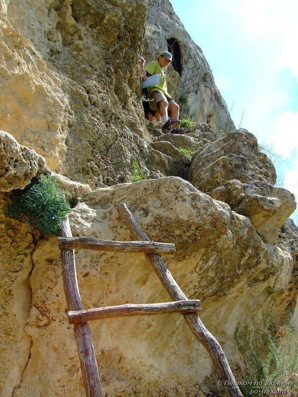Спуск по деревянной лестнице