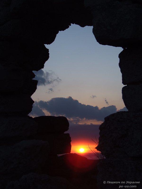 Закат солнца сквозь окно окно