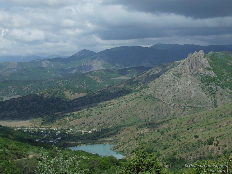 Вид на село Зеленогорье и горное озеро