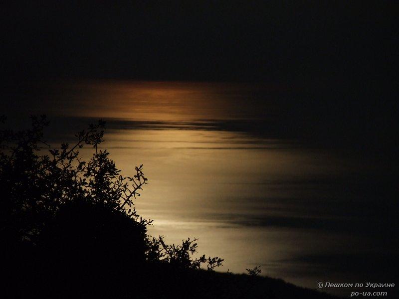 Лунная дорожка на море. Вид со стоянки Чигенитра