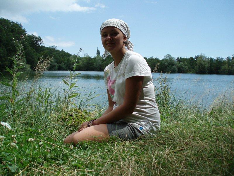 У горного озера