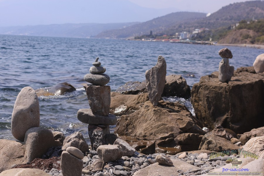 Фигуры из камней на дико пляже в Крыму