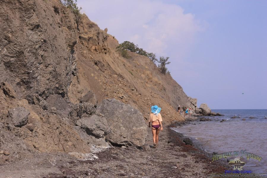 Крутые утесы над тропкой к дикому пляжу в Крыму