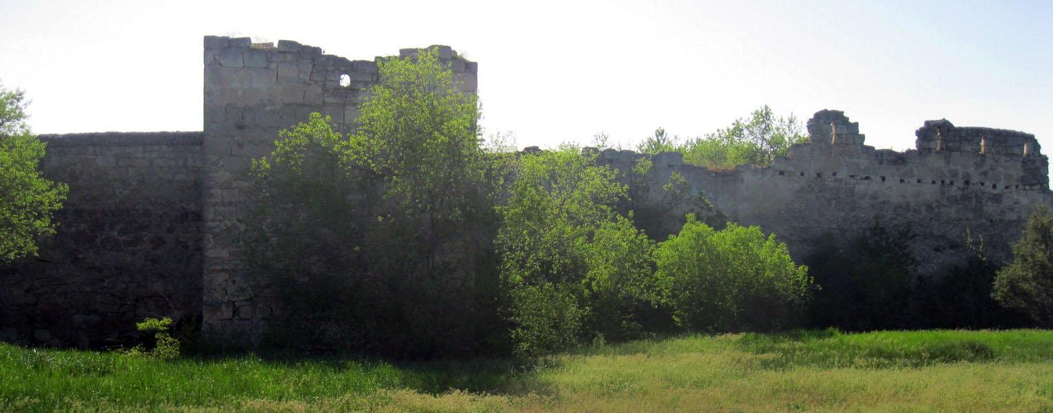 Йога тур по Крыму на майские праздники проходит через крепостные стены Чуфут-Кале
