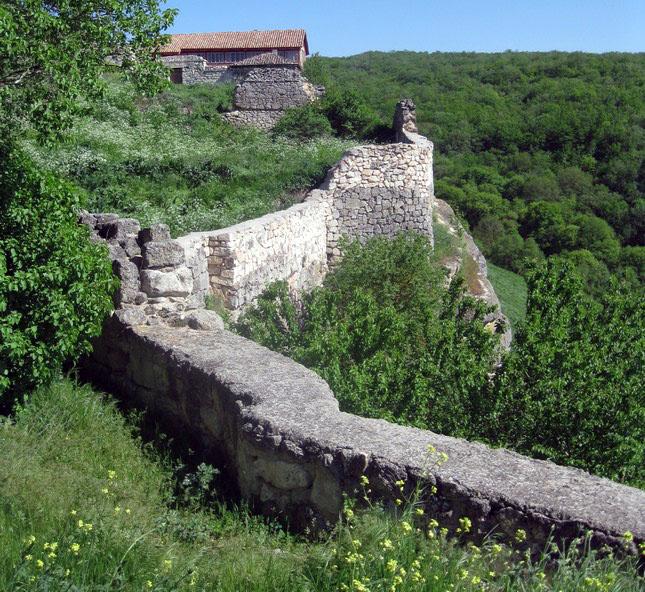 Йога тур по Крыму на майские праздники проходит через Чуфут-Кале