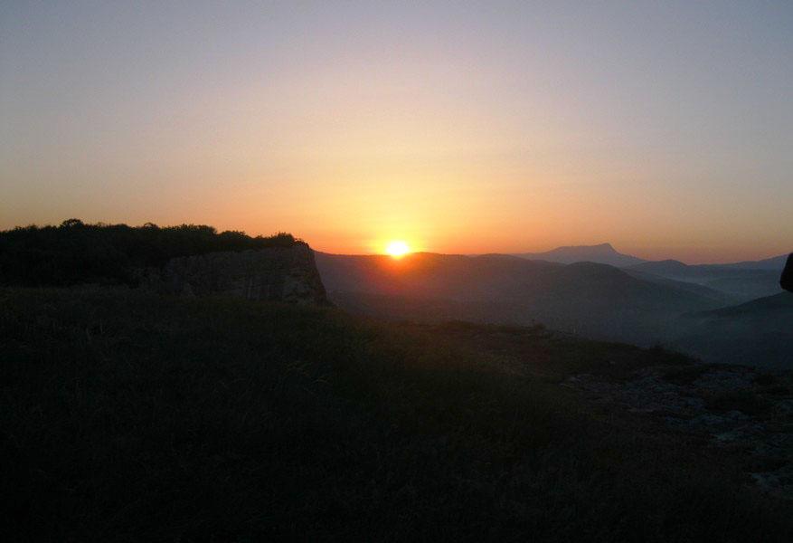Рассвет над Качи-Кальоном в йога туре по Крыму на майские праздники
