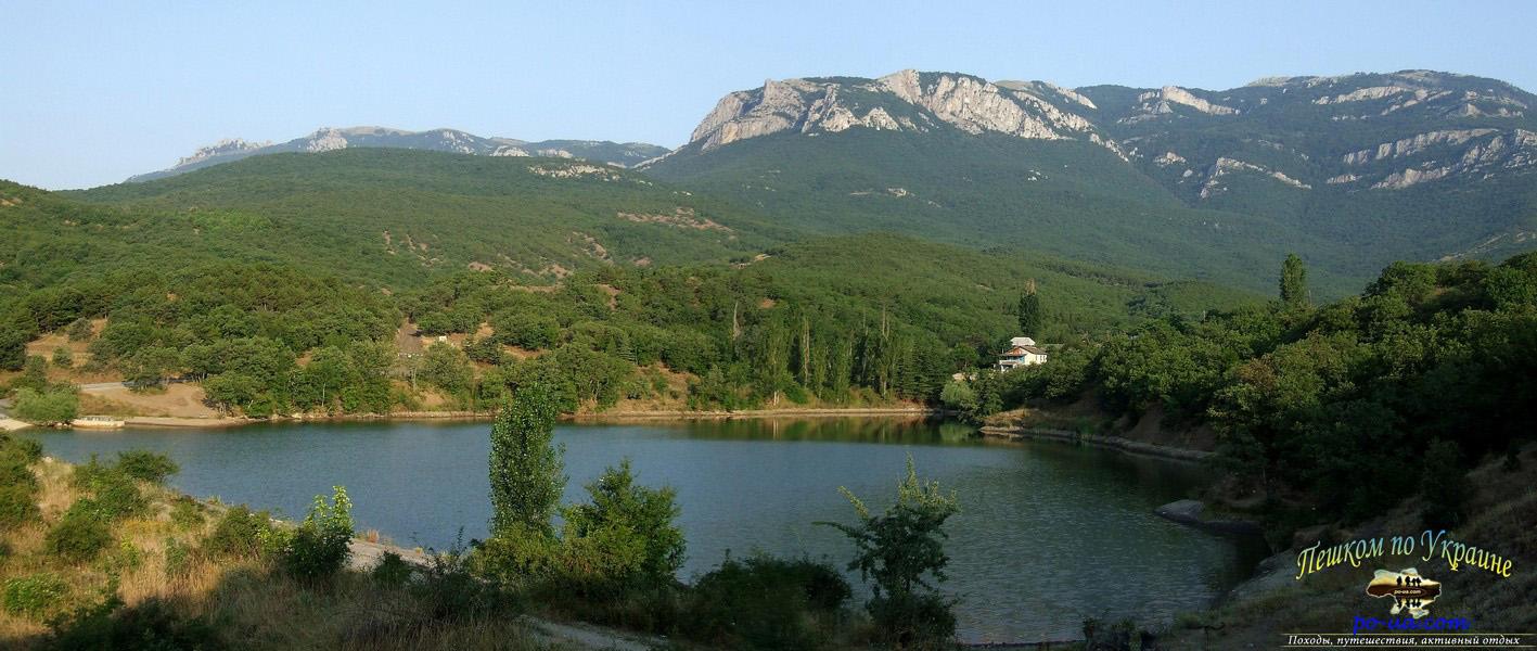Горное озеро. Палаточный городок - на берегу озера