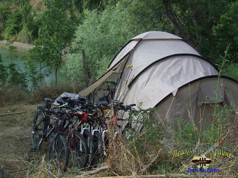 Велосипеды у палатки