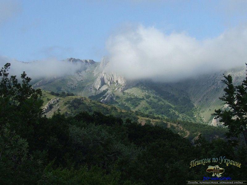 Вид из лагеря на Караби-яйлу в облаках