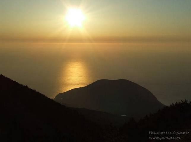 Медведь-гора и восход солнца. Вид с Роман-Коша