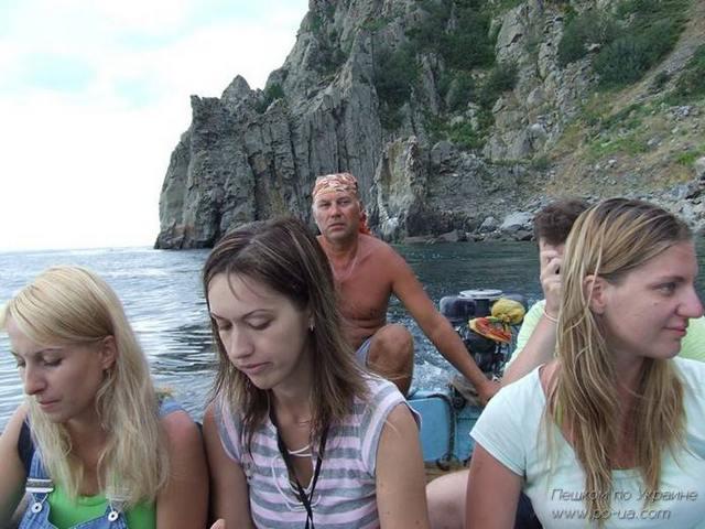 В лодке вдоль берега Медведь-горы