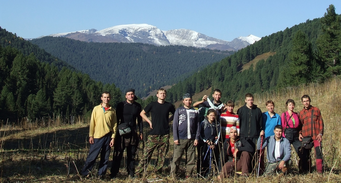 Алтайский коллектив на фоне гор