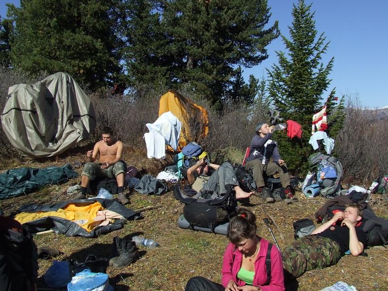 Первые покорители перевала вкушают кедровые орехи и  беззаботную жизнь