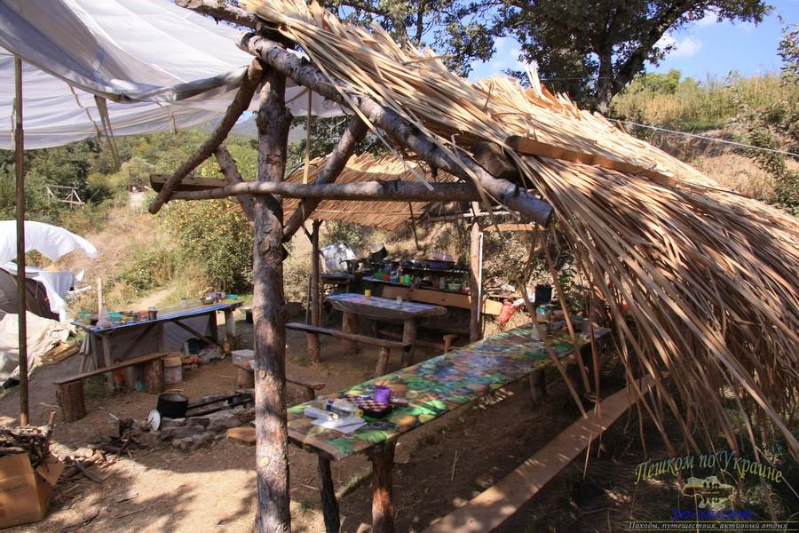 Палаточный лагерь в лесу, Крым